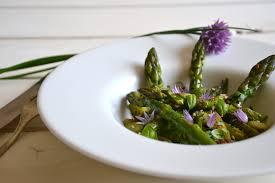 cuisiner asperge verte salade d asperges vertes poêlées à l ail et au basilic les