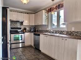 cuisine brun et blanc comptoir en bois blanc lisse comptoir de cuisine brun clair table à