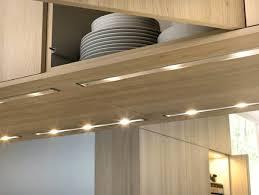 eclairage de cuisine led eclairage de cuisine idee eclairage cuisine meuble en bois clair sol