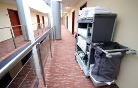 nettoyage chambre hotel chariot à nettoyage de chambre d hôtel photo stock image du