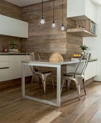revetements muraux cuisine idée relooking cuisine cuisine avec bar tabourets tolix et petit