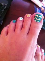 chevron toe nail design but without the dot on the middle toe