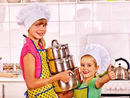 cuisine et spectacle enfants portant un chapeau et un tablier de cuisine à la cuisine et
