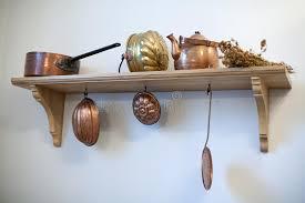 vieux ustensiles de cuisine étagère de cuisine avec de vieux ustensiles de cuivre image stock
