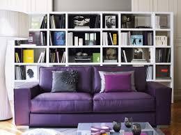 étagère derrière canapé aménagement deco salon avec canape violet canapé violet déco