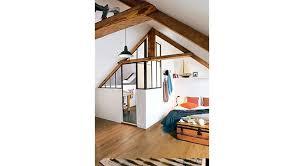 dans une chambre créer une chambre et une salle de bains sous les toits