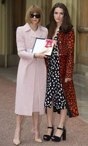 anna wintour awarded dbe from queen elizabeth at buckingham palace