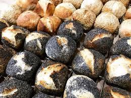cuisine et tradition petits pains carrés pavot sésame et tradition livelovefood