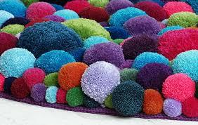 tappeti fai da te tappeto con pompon fai da te idea decorativa per la casa mamme