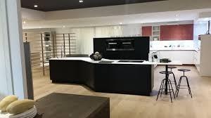 cuisine moderne et design cuisine moderne et design noir mat sans poignées avec îlot