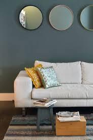 canap bleu gris mur bleu gris mettant en valeur le canapé couleur et contrasté