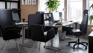travaux de bureau un bureau avec deux postes de travail à et écran en tissu