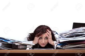 le de bureau à pile femme employée de bureau en regardant impuissants à la pile de