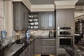 cuisine grise plan de travail noir design interieur idée plan travail marbre noir armoires