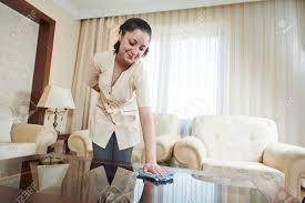 nettoyage chambre hotel service hôtel travailleur de ménage féminin avec table de nettoyage