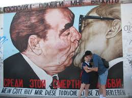 the kiss history by the slice the kiss berlin wall