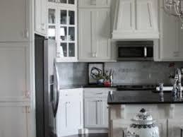 repeindre sa cuisine en blanc relooker sa cuisine en repeignant les placards en blanc par benita