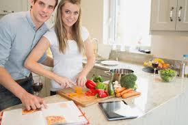 livre cuisine homme légumes de coupe de femme avec l homme lisant le livre de cuisine