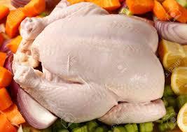cuisiner cru cru frais poulet entier et légumes pour cuisiner dans un ragoût ou