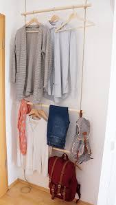 diy garderobe diy eine schmale garderobe mit seilen hinter der türe a slim rope