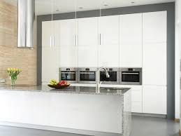cuisine mur cuisine blanche élégante avec le mur en de travertin image