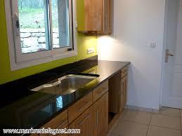 cuisine avec plan de travail en granit plan de travail en granit noir crédences et evier massif 38 et 73