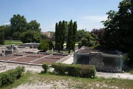 file ruins of aquincum bath house under cover jpg wikimedia commons