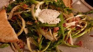 cuisiner le pissenlit salade de pissenlits aux lardons et à l oeuf poché recette par une