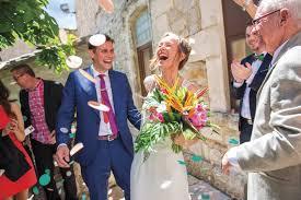 mariage montpellier mariage montpellier sortie de la mairie lancé de confettis