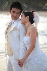 femme mariage de homme et de la femme en costume de mariage debout