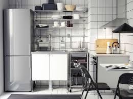 cucina moderna in bianco e acciaio inossidabile con frontali