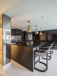 mod e de cuisine moderne design interieur cuisine moderne îlot bois sombre chaises élégantes