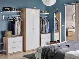 Small Bedroom Wardrobes Ideas Quarto Com Um Roupeiro Em Efeito Carvalho Com Portas Em Branco