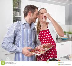 amour dans la cuisine les couples dans l amour faisant cuire ensemble dans la cuisine et