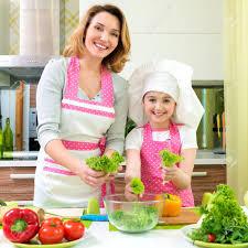 mere et fille cuisine mère souriante et joyeuse fille cuisine une salade à la cuisine