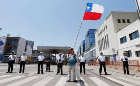 Cile Flag Chilean Dock Worker Waves Chilean Flag At Ally Against Government