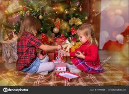 imagenes de navidad hermana chicas de la hermana ordenar regalos debajo de un árbol de navidad