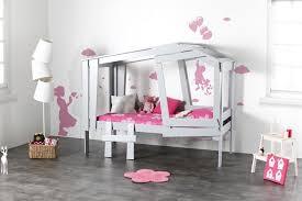 chambre fille alinea chambre fille alinea avec sa chaise et coffre jouet qui se