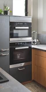 cuisiner avec un micro onde vue de l armoire avec le four et le four micro ondes dans une
