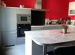 mur cuisine framboise cuisine grise et blanche idées de décoration capreol us