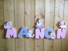 lettres décoratives chambre bébé décor en bois avec des aristochats