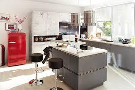 kleine küche mit kochinsel edle küche mit fronten in schwarzem designglas
