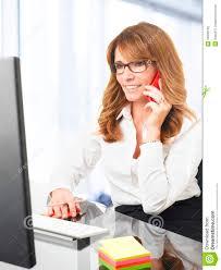 affaire bureau femme d affaires de sourire au téléphone dans le bureau image stock