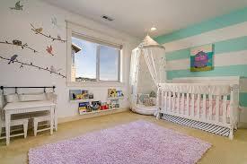 tapisserie chambre bébé garçon chambre de bébé garçon et fille décorée avec des rayures