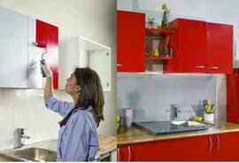 customiser des meubles de cuisine peindre un meuble plan de travail au bout du rouleau
