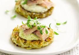 cuisiner des anguilles petits palets de pommes de terre à l anguille fumée sauce moutarde