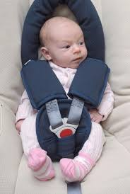 comment attacher siège auto bébé préparer un voyage avec bébé en voiture