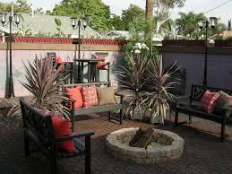 utilizing backyard by creating a backyard patio design with fire