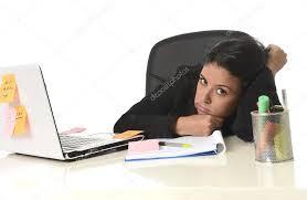 recherche ordinateur de bureau femme d affaires de latine s ennuie travail fatigué au bureau d