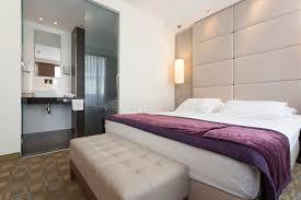 hotel de luxe avec dans la chambre intérieur d une chambre à coucher d hôtel de luxe avec la salle de